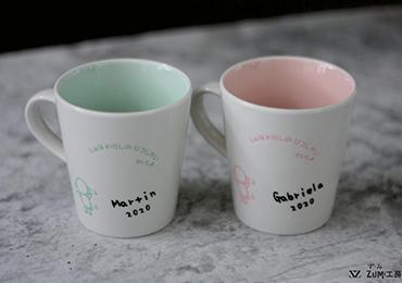 名入れ彫刻が施されたマグカップ